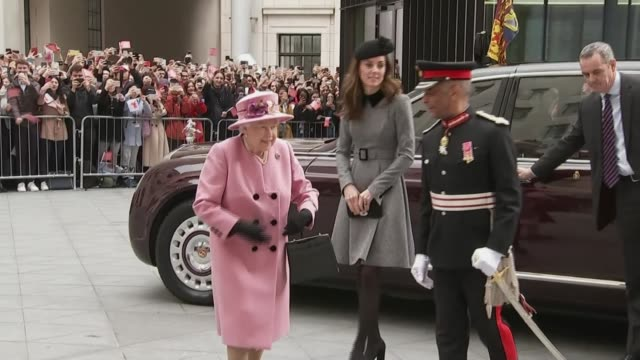 vídeos de stock e filmes b-roll de the queen and the duchess of cambridge open bush house at king's college london england london bush house ext queen elizabeth ii and catherine... - king's college