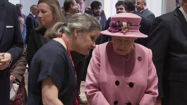 vídeos de stock e filmes b-roll de the queen and the duchess of cambridge open bush house at king's college london england london king's college bush house photography*** catherine... - king's college