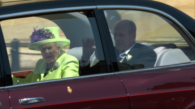 vidéos et rushes de the queen and the duke of edinburgh arrive at st george's chapel for the wedding of prince harry and meghan markle - monarchie anglaise