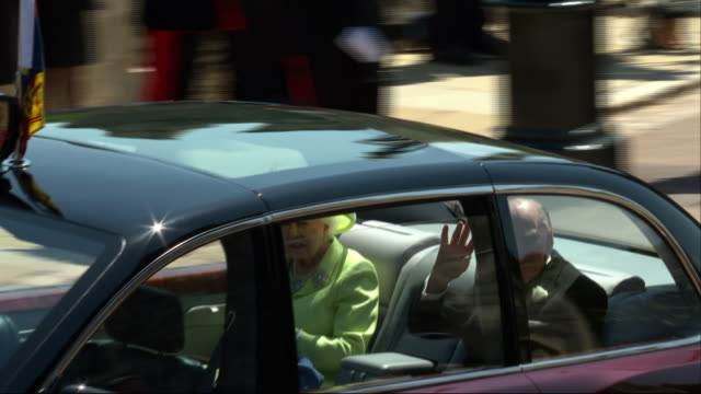 the queen and the duke of edinburgh leave st george's chapel after the wedding of prince harry and meghan markle. - königin stock-videos und b-roll-filmmaterial