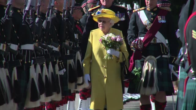 vídeos de stock, filmes e b-roll de hm the queen at the palace of holyroodhouse on july 02 2018 in edinburgh scotland - realeza britânica