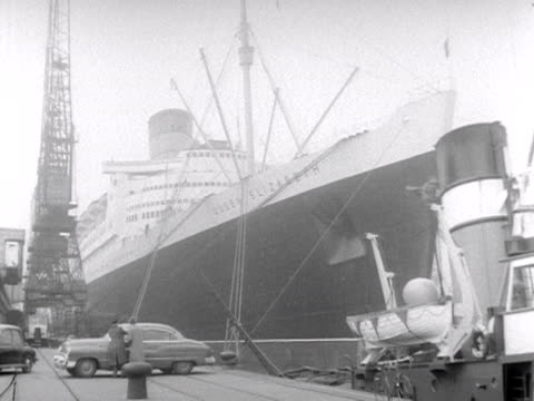 vídeos de stock e filmes b-roll de the queen elizabeth ocean liner is docked at southampton docks 1953 - southampton inglaterra