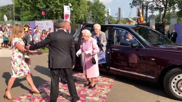the queen has arrived at the rhs chelsea flower show. she was greeted by the president of the royal horticultural society, sir nicholas bacon and... - royal horticultural society stock-videos und b-roll-filmmaterial
