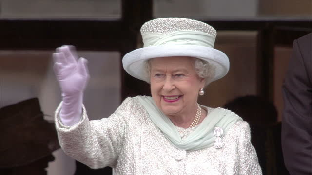 the queen has held a special reception to thank those involved in making her diamond jubilee celebrations so memorable. pop star gary barlow and... - diamantenes jubiläum stock-videos und b-roll-filmmaterial