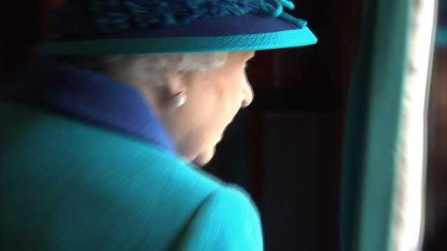 vídeos y material grabado en eventos de stock de the queen has thanked all those who sent her messages of kindness on the day she becomes britain's longest reigning monarch. in just under twenty... - largo longitud