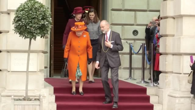 vídeos de stock e filmes b-roll de the queen leaves the royal academy of arts in london on tuesday morning, after marking the completion of a major redevelopment of the site. the site... - royal academy of arts