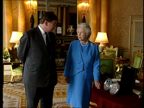 the queen looks at the new seal of the realm; royal pool england: london: buckingham palace: int lms queen elizabeth ii beside lord chancellor / lord... - königin stock-videos und b-roll-filmmaterial