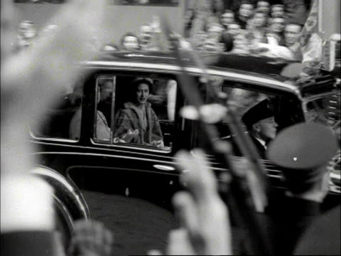 the queen mother and princess margaret arrive at the guildhall in a royal limousine. 1953. - rathaus stock-videos und b-roll-filmmaterial