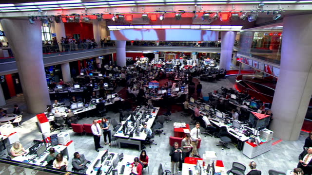 vídeos y material grabado en eventos de stock de the queen officially opens the new bbc broadcasting house; queen meeting world service staff / general views offices and newsroom desks in open plan... - huw edwards