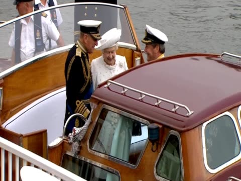 the queen on the royal barge 'gloriana' with the duke of edinburgh, prince charles and the duchess of cornwall - diamantenes jubiläum stock-videos und b-roll-filmmaterial