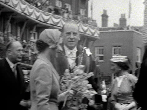 the queen prince philip and the duke and duchess of gloucester greet various dignitaries during an official engagement in windsor 1953 - composizione di fiori video stock e b–roll