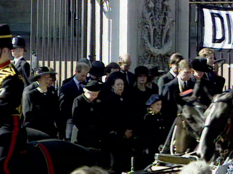 the queen princess margaret princess anne prince edward and other members of the royal family stand at the gates of buckingham palace as the funeral... - begräbnis stock-videos und b-roll-filmmaterial
