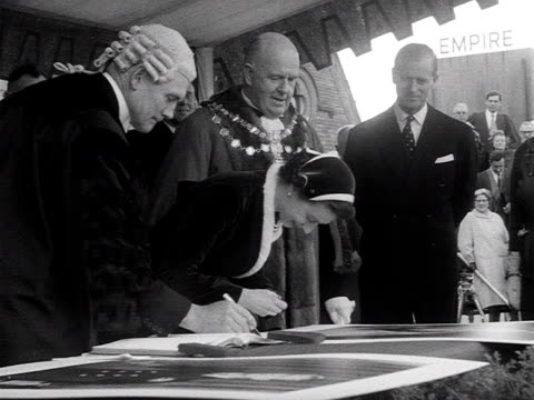 the queen signs a visitors book during a visit to morecambe. - ランカシャー点の映像素材/bロール