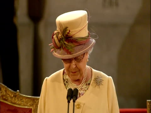 vidéos et rushes de the queen states her continued dedication to the country - s'impliquer à fond