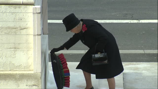 stockvideo's en b-roll-footage met the queen will not lay a wreath at the cenotaph on remembrance sunday this year. buckingham palace has announced that prince charles make the tribute... - krans