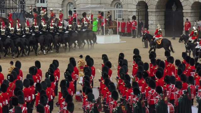 the queen's annual birthday parade, trooping the colour, horse guards parade, whitehall, london, england, united kingdom, europe - 軍旗分列行進式点の映像素材/bロール