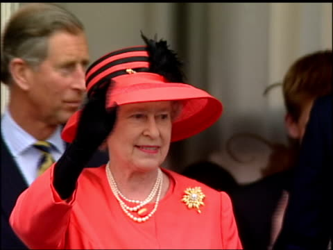 the queen's christmas message preview lib buckingham palace queen waving from balcony next royal family during golden jubilee celebrations - golden jubilee stock videos & royalty-free footage