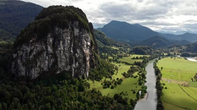 vídeos de stock, filmes e b-roll de montanha el queque ingles em coyhaique - paredão rochoso