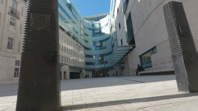 vidéos et rushes de the quiet pavement outside the bbc's broadcasting house on april 24, 2020 in london, england. the uk remains in full lockdown due to the coronavirus... - bbc