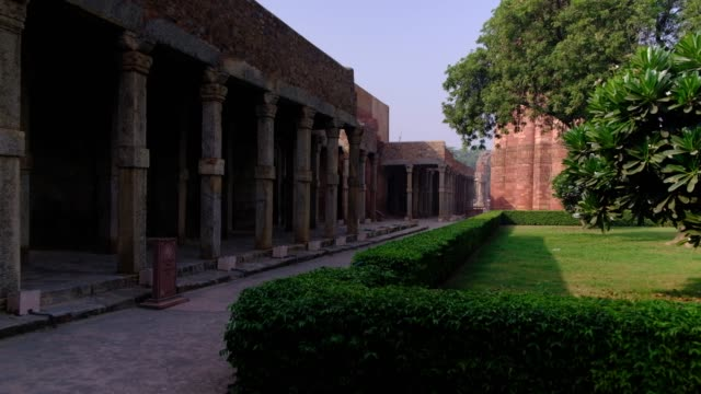 vidéos et rushes de the qutb complex are monuments and buildings from the delhi sultanate at mehrauli in delhi, a unesco world heritage site. qutub or qutab minar is a... - unesco