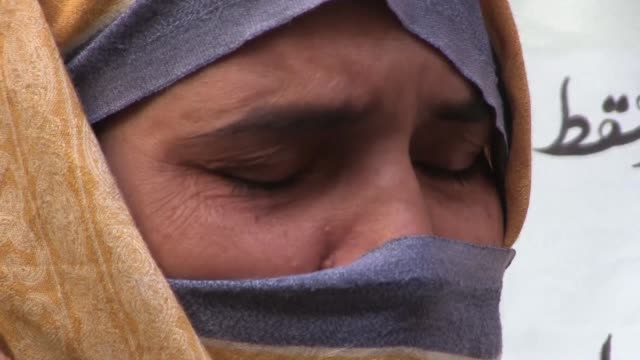 the rape and murders of a dozen children by a suspected serial killer have terrified parents in central pakistan and prompted soul searching over how... - violenza sessuale video stock e b–roll
