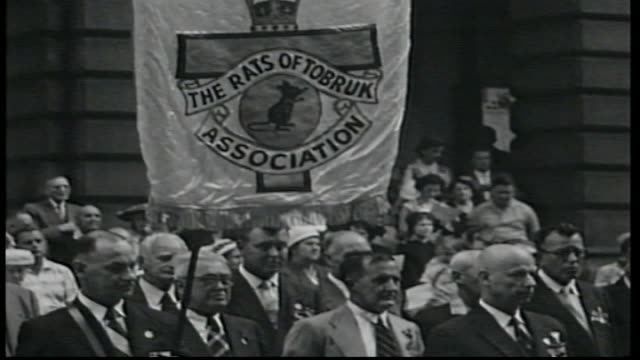 the rats of tobruk march see close up of association banner / wreaths are laid at the cenotaph martin place and the australian flag is lowered /... - 花輪を捧げる点の映像素材/bロール