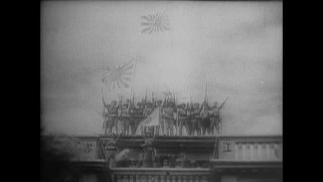 stockvideo's en b-roll-footage met the red army soldiers join the kmt soldiers in resisting the japanese invasion but the japanese capture shanghai and wave their flag in happy victory - 1937