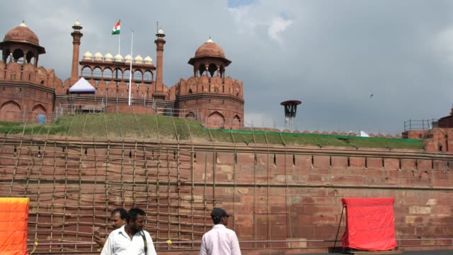 the red fort in delhi - one of the major sightseeing in the indian capital - fortress stock videos and b-roll footage