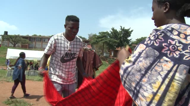 vidéos et rushes de the refugee christmas market is being organized by unhcr uganda attracts all skilled and talented refugees who make different products and items like... - kampala