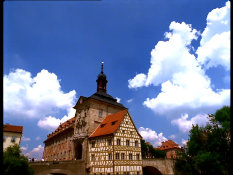 vidéos et rushes de the regnitz river flows under altes rathaus and bridges. - rathaus