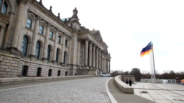 vídeos y material grabado en eventos de stock de the reichstag seat of the bundestag the german federal parliament with the dedication dem deutschen volke can be seen on the frieze the german and... - entabladura