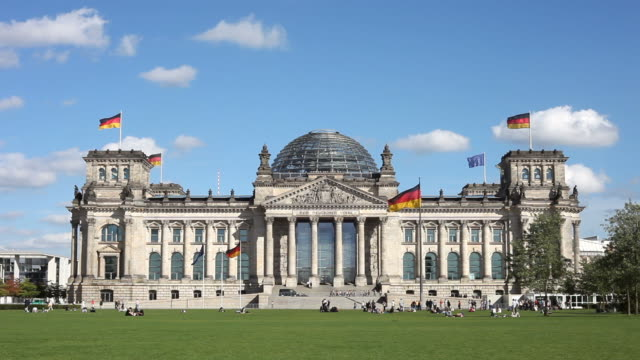 stockvideo's en b-roll-footage met the reichstag with people, berlin - 2 shots - regierung