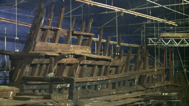 vídeos de stock e filmes b-roll de the relics from the mary rose the flagship of englands navy when it sank in 1545 as a heartbroken king henry viii watched from the shore have finally... - tudor