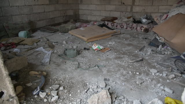 vidéos et rushes de the remains of a house destroyed by shelling in hodeida, yemen - bombardement