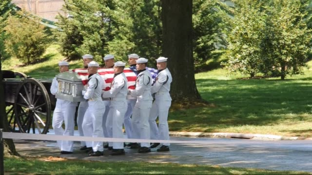 vídeos de stock e filmes b-roll de the remains of four missing us navy sailors from the vietnam war are buried at arlington national cemetery in arlington virginia clean four missing... - cemitério nacional de arlington