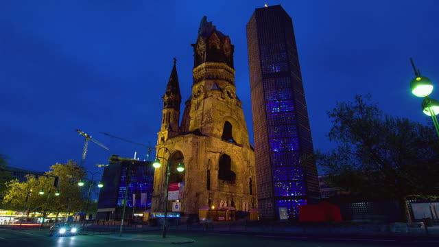 vídeos y material grabado en eventos de stock de ws t/l the remains of kaiser wilhelm church with traffic at night / berlin, germany - iglesia conmemorativa del emperador guillermo