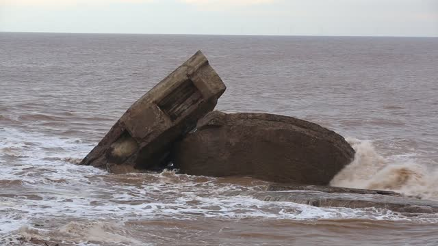 vidéos et rushes de the remains of the godwin battery on the beach at kilnsea at the head of spurn point on yorkshires east coast, uk. initially constructed during the... - béton