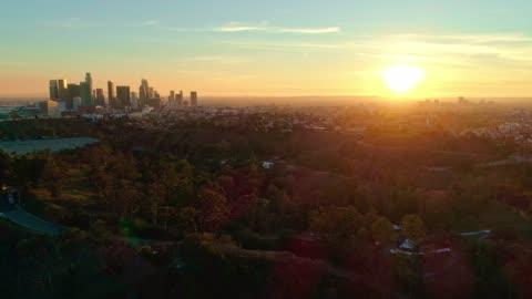 vidéos et rushes de la vue aérienne distante de downtown los angeles de l'elysian park au coucher du soleil - horizon urbain