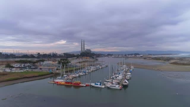 米国西海岸、カリフォルニア州のマリーナ上空の製油所のリモート上空からの眺め - サウンドトラック点の映像素材/bロール