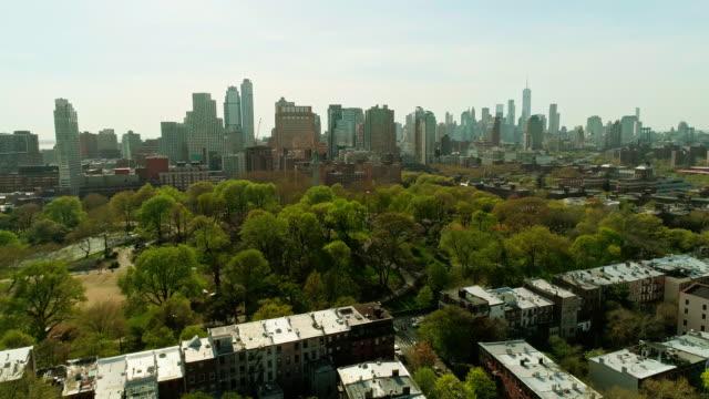 住宅地とフォート グリーン パーク ブルックリンからマンハッタンのダウンタウンの金融街へリモート撮 - eco tourism点の映像素材/bロール
