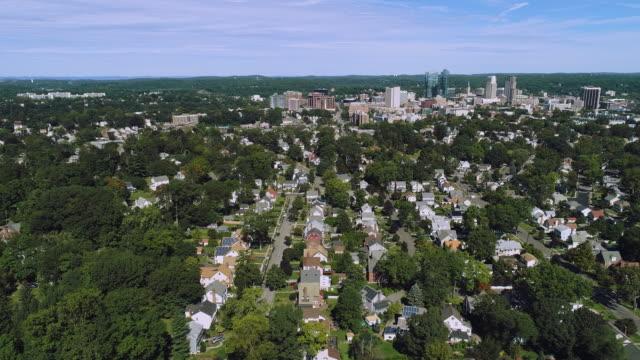 die fernansicht der white plains über dem vorort-wohnviertel. westchester county,new york state, usa. luft-drohnen-video mit der panorama-kamerabewegung. - wohnviertel stock-videos und b-roll-filmmaterial
