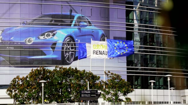 vídeos de stock e filmes b-roll de the renault car manufacturer's logo is seen at the group's headquarters on march 10 2019 in boulognebillancourt near paris france - vista geral