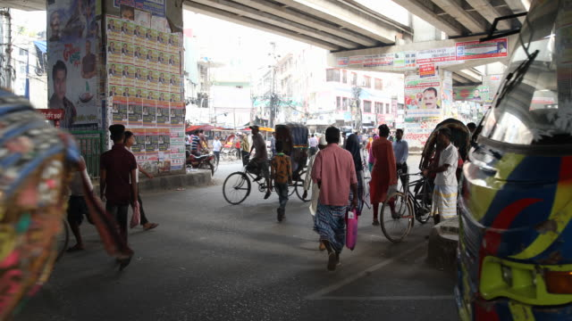 vidéos et rushes de the residents of dhaka use colorful rickshaws to get themselves transported through the city a lot of noise and people on the streets - pousse pousse