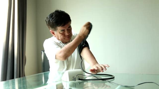 その結果、老人男性血圧ができます。 - 血圧計点の映像素材/bロール