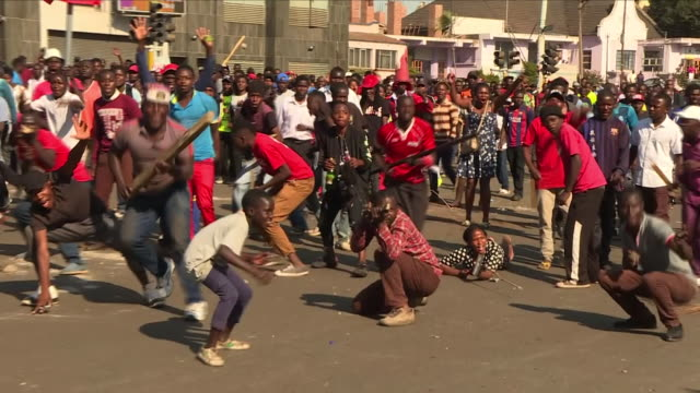 the results of zimbabwe's presidential elections should - finally - be released tonight. in the three days since the vote - six protesters have been... - repubblica dello zimbabwe video stock e b–roll