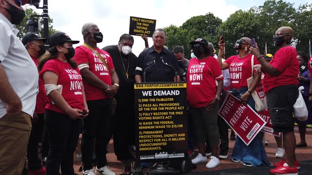 vídeos y material grabado en eventos de stock de the rev. jesse jackson is joined by rev. dr. william barber ii and other civil rights leaders as he addresses hundreds of fellow protesters before... - abundancia