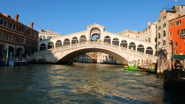 vídeos y material grabado en eventos de stock de the rialto bridge in venice italy - puente de rialto