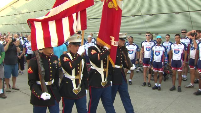 the ride 2 recovery great lakes challenge kicked off in chicago more than 200 veterans and supporters set off on a 6 day 375 mile bike ride from... - 米国海兵隊点の映像素材/bロール