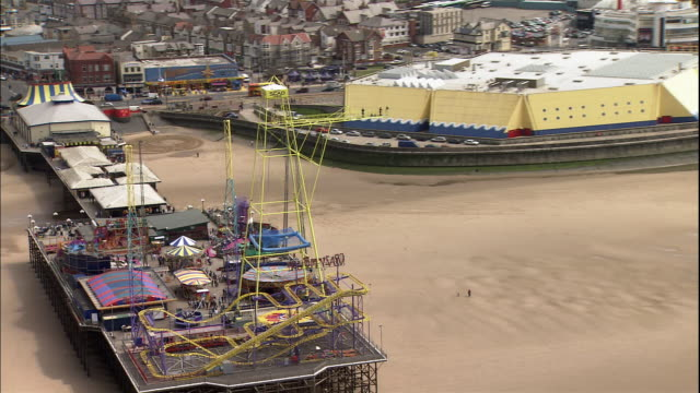the rides move at an amusement park on the south pier in blackpool, lancashire, england. - blackpool stock-videos und b-roll-filmmaterial