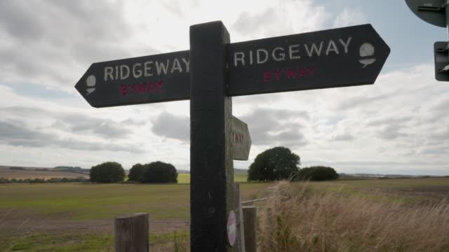vídeos y material grabado en eventos de stock de el letrero de ridgeway, una antigua pista, la carretera más antigua de gran bretaña - poste de madera
